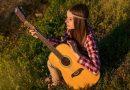 23 de Julio Tal Día como Hoy Chica con Guitarra Los Secretos de Dorian: El Magazine de la Eterna Juventud